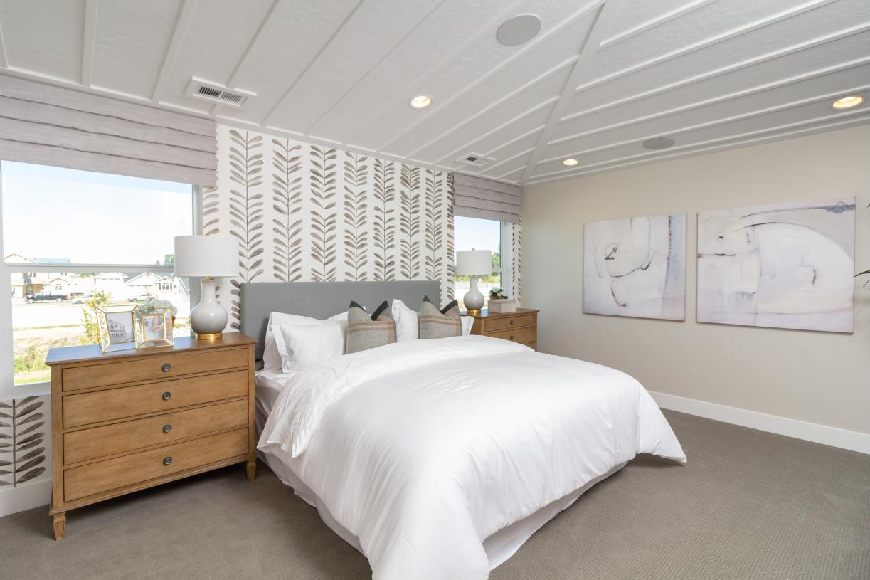 Inviting primary bedroom