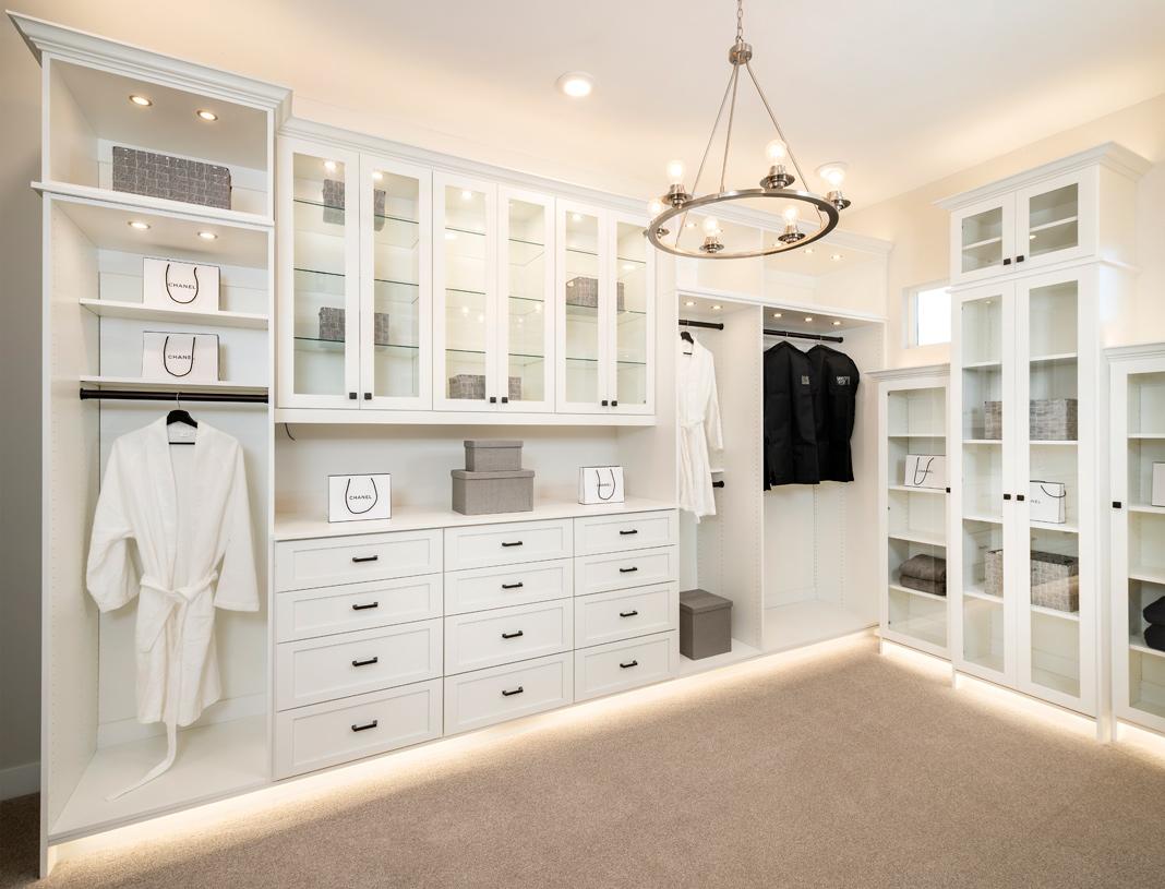 Huge primary bedroom walk-in closet